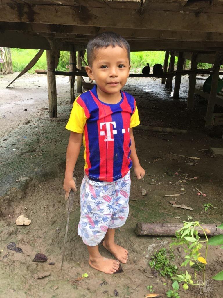 garçon amazonie village indien