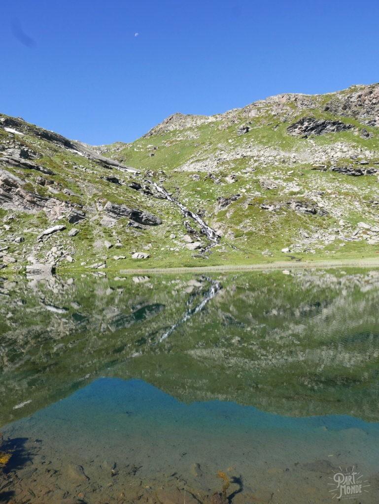 lac de pierre blanche reflexion